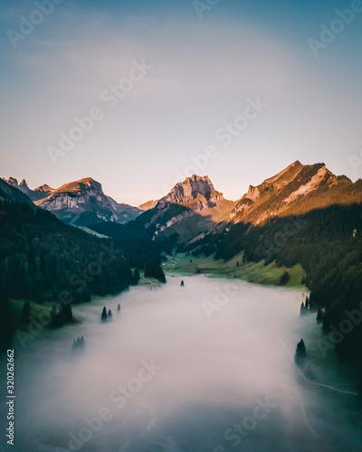 Lever du soleil avec nuage bas drone montagne suisse Fototapete