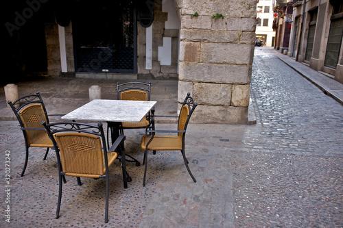 Mesas y sillas de un bar en la calle