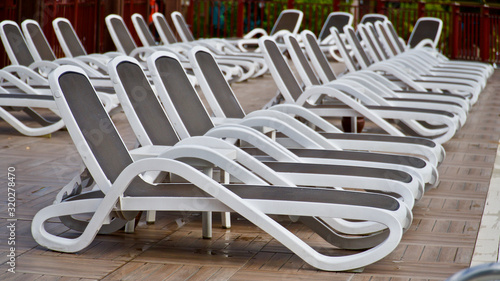 Fotografía empty pool and beach loungers