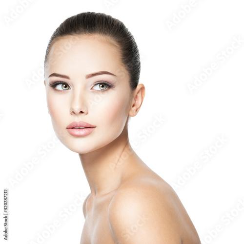 Piękna twarz młodej kobiety z zdrowia świeżą skórą