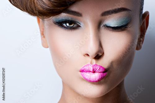 Obraz Twarz pięknej kobiety, jasny makijaż oczu - fototapety do salonu
