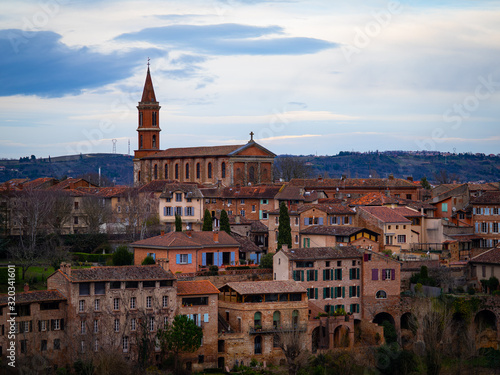 Photo The Village of Albi In France Along the River With a Church in the Background