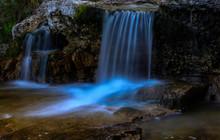 Cascada De Un Pequeño Río En...
