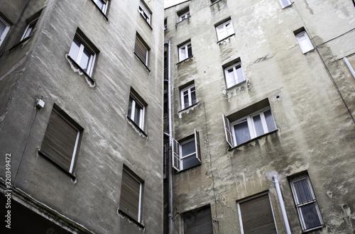 Fotografía Deteriorated building in city