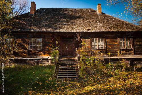 Obraz Stary drewniany dom na wsi  - fototapety do salonu