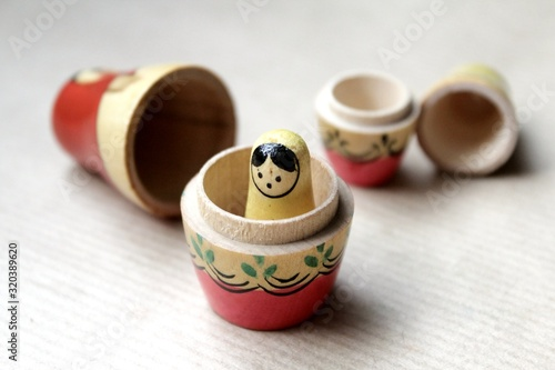 Photo Wooden Russian matryoshka dolls in folk style, girls with painted dresses and veiled heads covered with babushka shawl