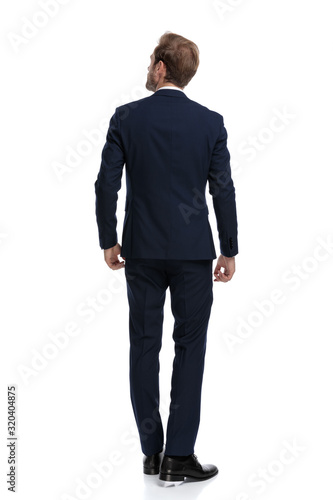 Valokuvatapetti young businessman in navy blue suit looking up and dreaming