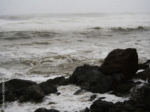 Photo Sea storm with splash from big waves over cliffs