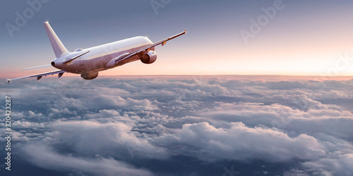 Photo Commercial airplane jetliner flying above dramatic clouds in beautiful light