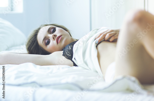 Sexy fashionable woman on the bed Fototapete