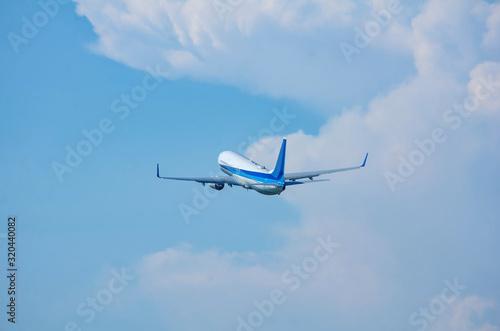 離陸上昇するジェット旅客機