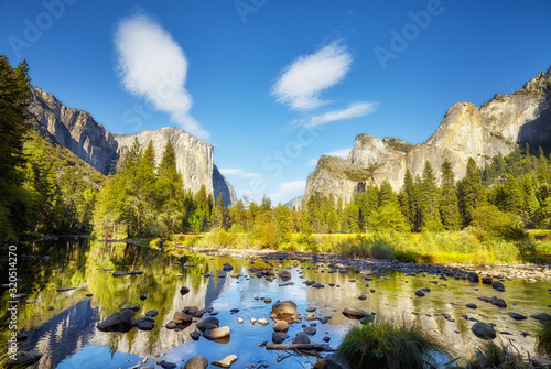 Photo Scenic view of Yosemite Valley with El Capitan rock formation reflected in river, California, USA