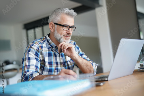 Fotomural Man working from home on laptop computer