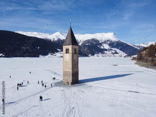 Photo il campanile sommerso di resia dal drone