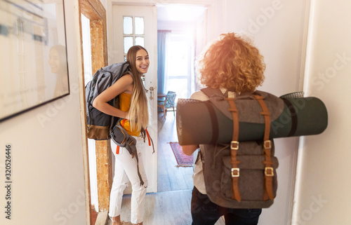 Photo Young women with backpacks arriving to a youth hostel