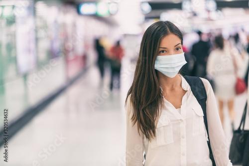 Coronavirus Azjatycka kobieta chodząca z maską chirurgiczną ochrona twarzy chodząca w tłumach na lotnisku praca na dworcu dojeżdża do szpitala.