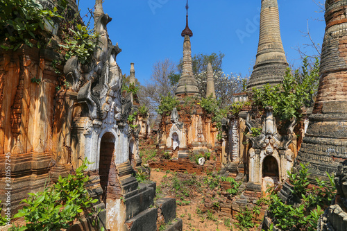 Semi dilapidated and restoted stupas of ancient pagodas in Myanmar Canvas-taulu