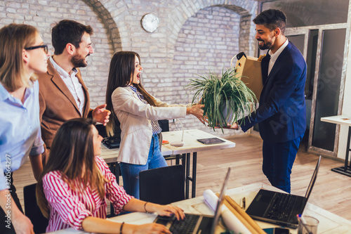 Photo Black man having first working day getting acquainted with colleagues