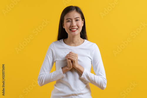 Photo young girl in white casual look smile and feeling thankful.