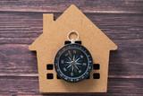 方位磁石と家