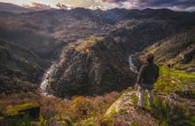 Portugal Pessoa A Olhar Para Bonita Paisagem De Pôr Do Sol Nas Montanhas