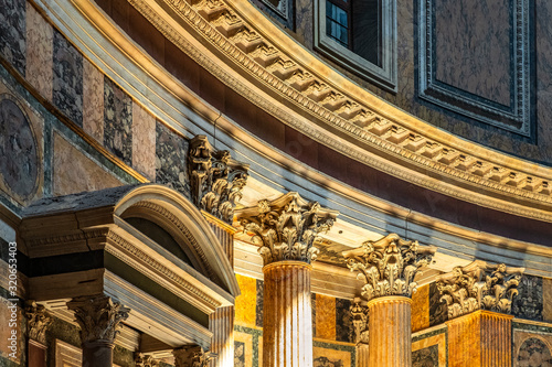 Rome, Italy - Interior of Roman Pantheon ancient temple, presently catholic Basi Fototapet