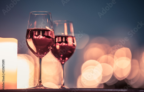 Photo Candlelight dinner with wine and romantic city view