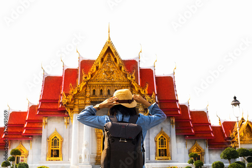 Photo Rear side of woman and hat with backpack standing in front of Marble Temple, Wat