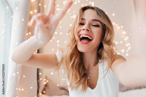 Cuadros en Lienzo Emotional fair-haired woman laughing to camera