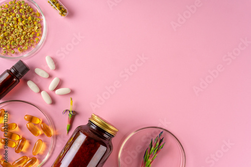 Fotografia Herbs and Herbal dietary supplements top view on pink background