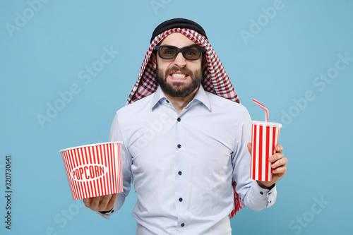 фотография Confused arabian muslim man in keffiyeh kafiya ring igal agal 3d imax glasses isolated on pastel blue background