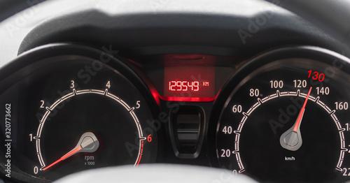 Fotografía Auto Tacho mit Richtgeschwindigkeit 130 km h.