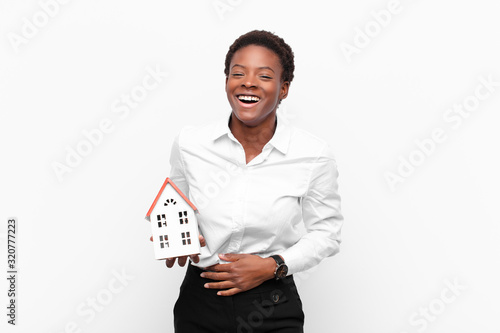 Photo young pretty black womanlaughing out loud at some hilarious joke, feeling happy