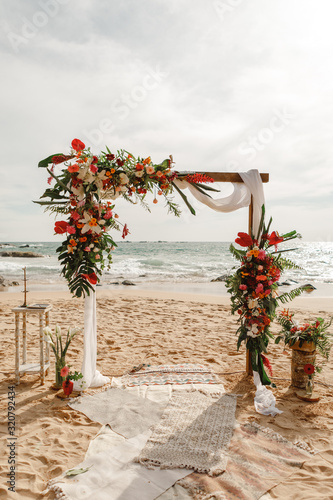 Photo Wedding arch decorated with flowers for beach ceremony against the sea landscape