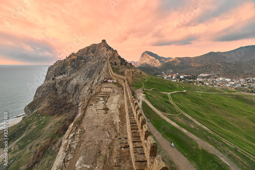 Photo stunning view from the tower window of the fortress wall, mountains, green lawn,