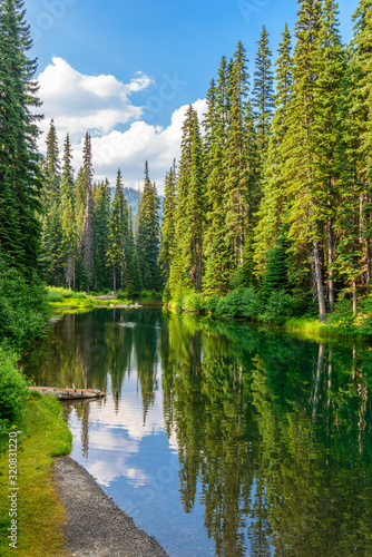 Fototapeta krajobraz  majestatyczne-gorskie-jezioro-w-kanadzie-lightning-lake-w-manning-park-w-kolumbii-brytyjskiej