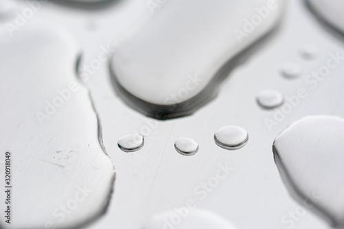 Photo macro fotografía de gotas de agua sobre acero inoxidable