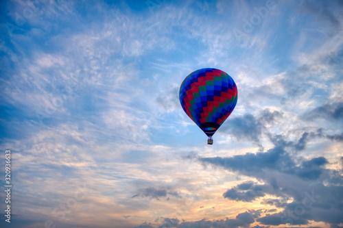 Globo aerostático volando al amanecer Canvas Print