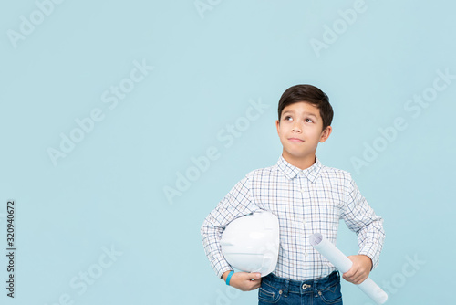 Photo Young asian boy aspiring to be future engineer