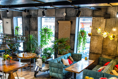 Photo Interior of modern loft style restaurant