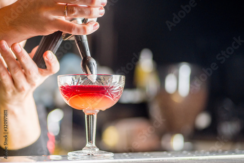 Photo bartender is preparing a cocktail