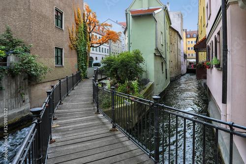 Photo Bummel durch die Altstadt von Augsburg mit Brücke über einen der vielen Kanäle i