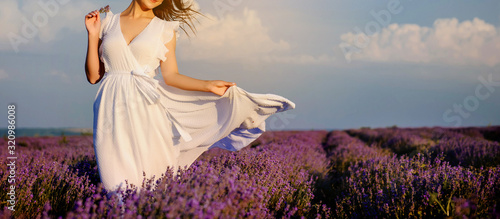 Foto close up photo of a woman in white dress in lavender field