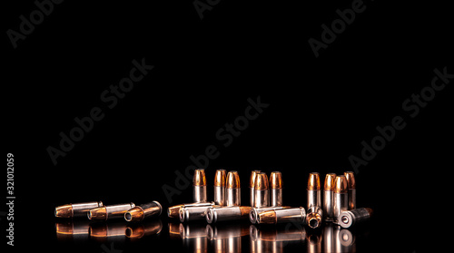 Photo Bullet isolated on black background with reflexion