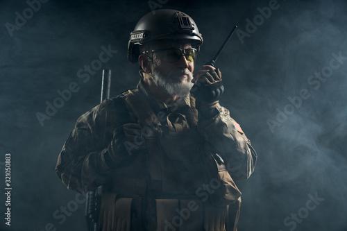 Fotografía Military officer holding radio station.