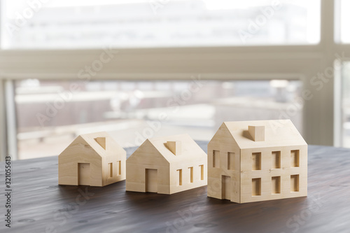 Photo Which size of house can you afford? Concept shot: three differently sized wooden