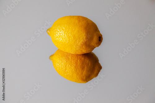 Obraz na plátně Świeża cytryna, efekt odbicia, izolowana