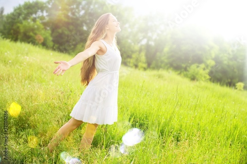 Cuadros en Lienzo Young relaxed woman in the green field