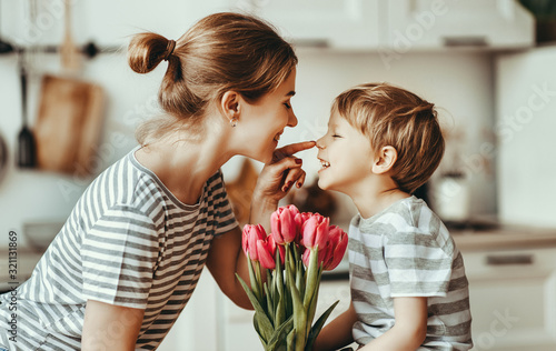 Fotografia happy mother's day! child son gives flowers for  mother on holiday