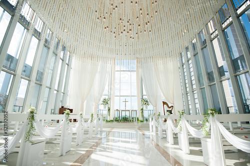 光り差す結婚式場 チャペル 挙式会場  Fototapete